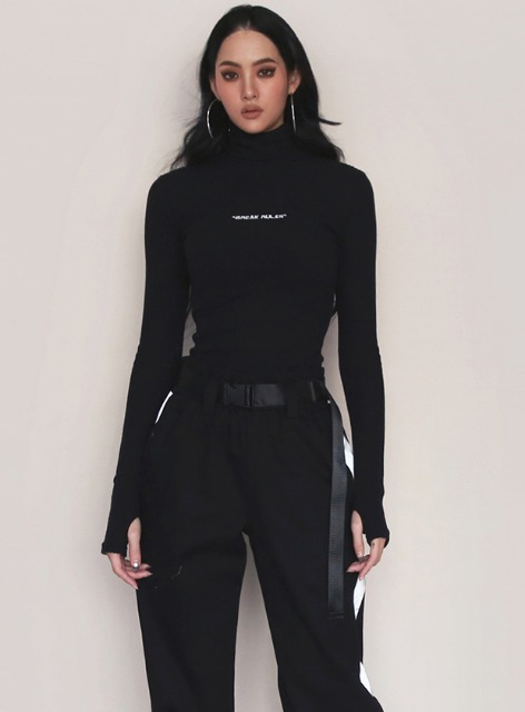 BR ROLL NECK FITTED SWEATER - BLACK BR 롤 넥 피트 스웨터 - 블랙