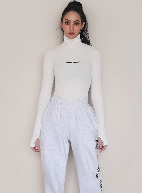 BR ROLL NECK FITTED SWEATER - WHITE BR 롤 넥 피트 스웨터 - 화이트